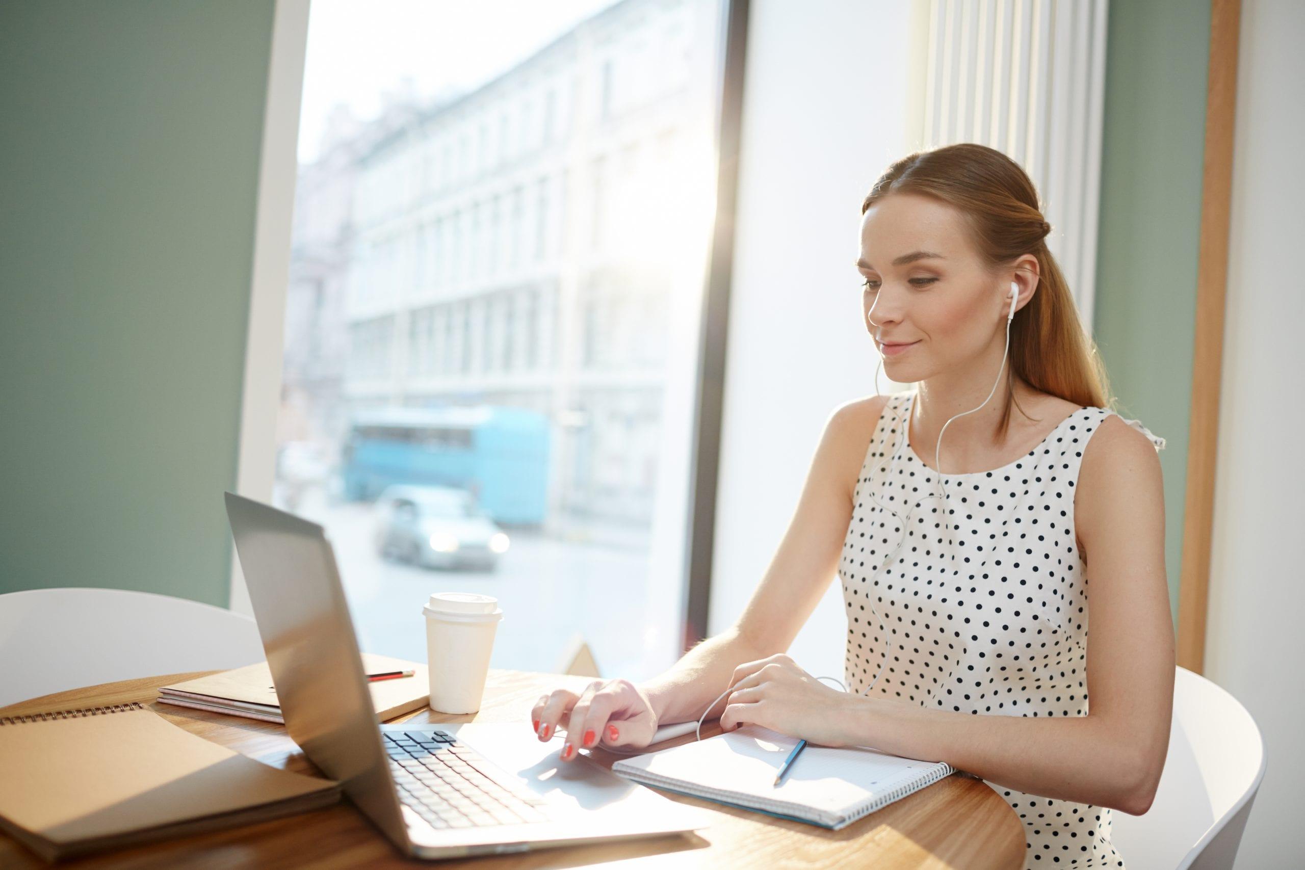 mujer hablando inglés en su curso online
